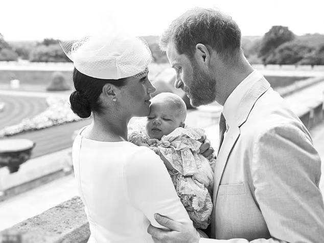 Harry - Meghan sau lễ rửa tội của con trai Archie tại Anh năm 2019. Ảnh: Instagram Sussex Royal