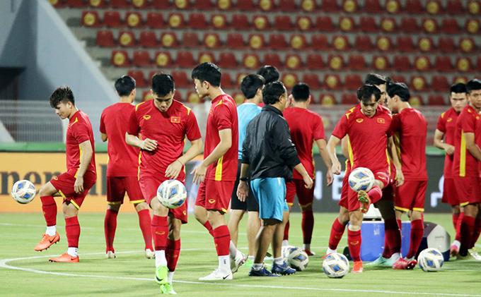 Tuyển Việt Nam tập làm quen sân Sultan Qaboos trước khi đối đầu Oman. Ảnh: VFF