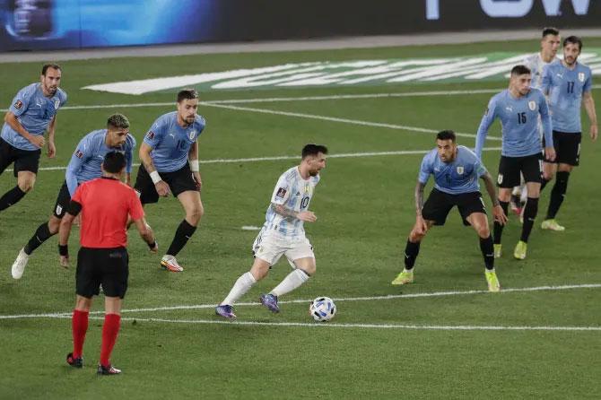 Messi hút theo 6 cầu thủ Uruguay...
