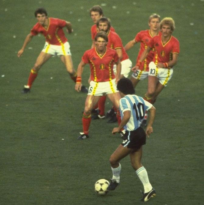 ... gợi nhớ hình ảnh tiền bối đồng hương Maradona đối mặt với 6 cầu thủ Bỉ tại World Cup 1982. Ảnh: The Sun