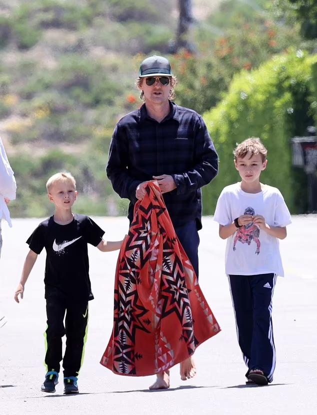 Owen đưa hai con trai đi chơi vào năm ngoái. Ảnh: Backgrid