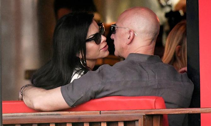 Jeff Bezos và Lauren Sanchez tình tứ ớ New York. Ảnh: Page Six