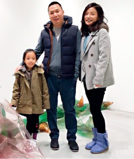 Triệu Vy cùng chồng và con gái.