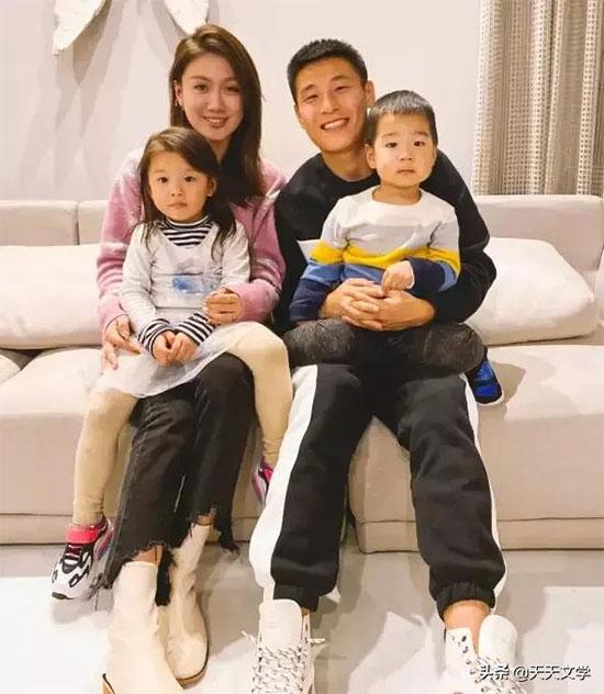 Chân sút tuyển Trung Quốc bên vợ con. Ảnh: INF