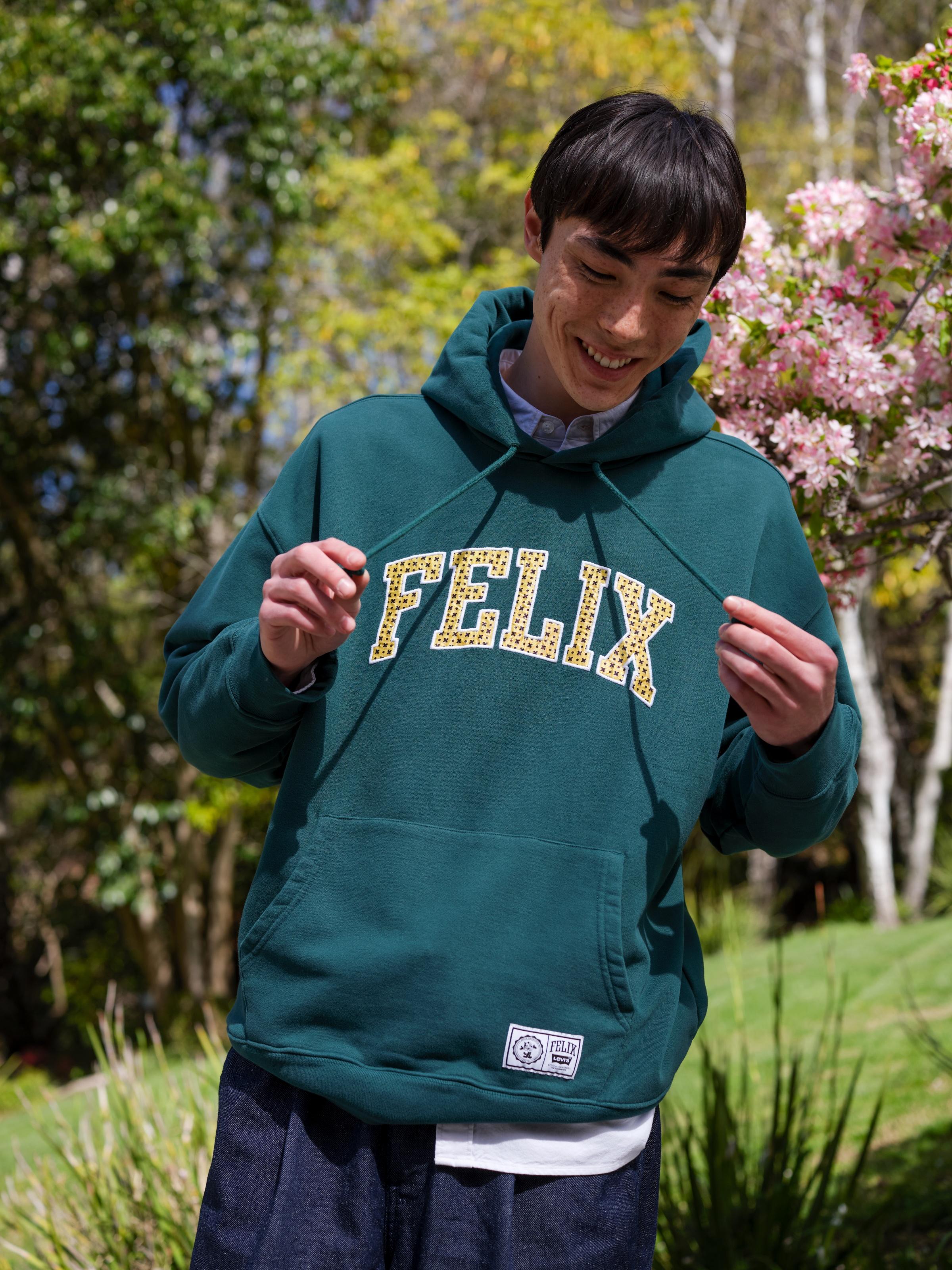 Những chiếc áo graphic hoodie năng động là nét đặc trưng của bộ sưu tập.