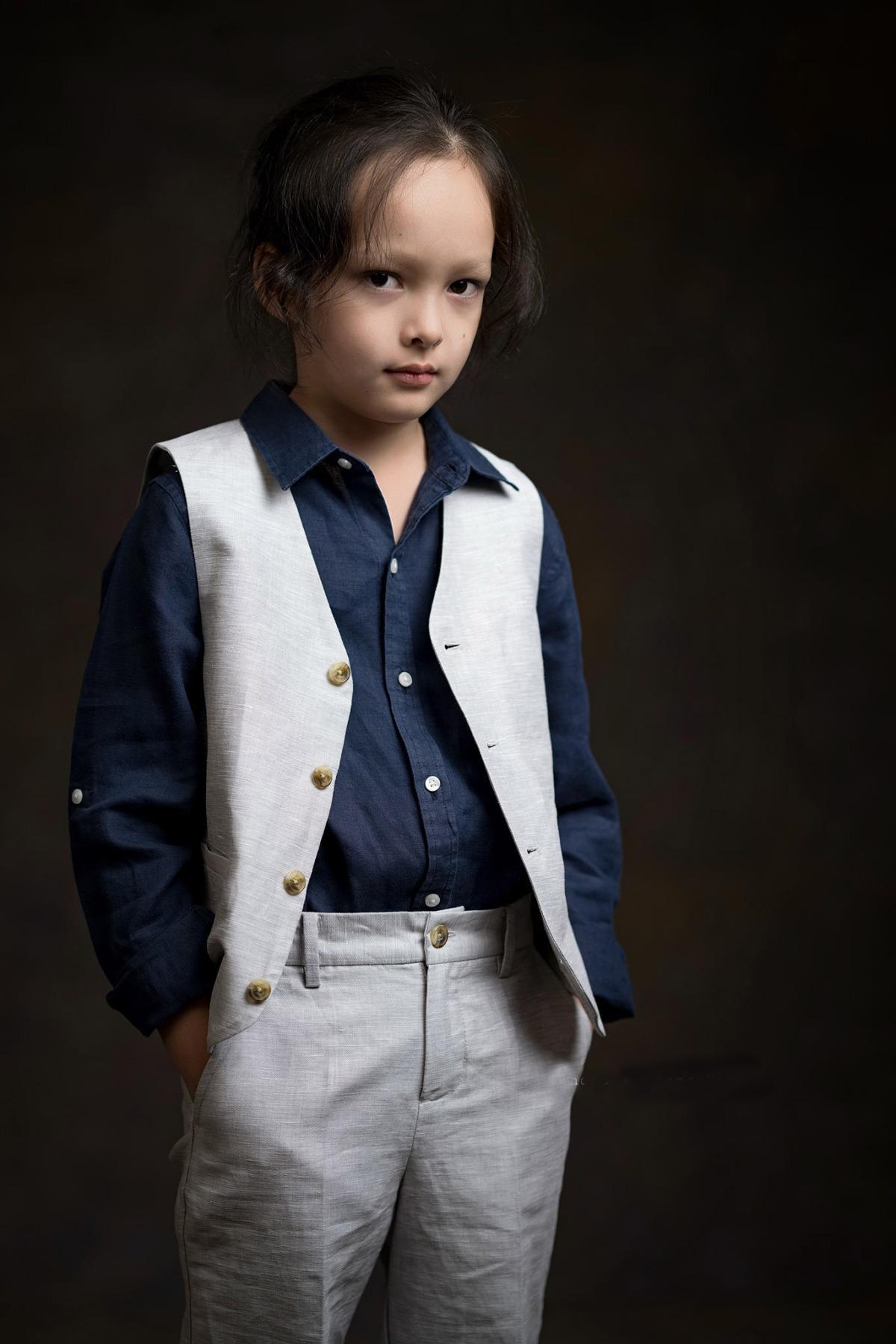 Bé Tôm - con trai ca sĩ Hồng Nhung - có bố là người Mỹ nên sở hữu vẻ ngoài lai Tây, đáng yêu. Tôm để tóc dài lãng tử từ nhỏ, nhưng có gương mặt và gu thời trang nam tính. Thỉnh thoảng, Tôm được mời làm mẫu ảnh. Cậu bé trông chững chạc, tự tin khi đứng trước ống kính.