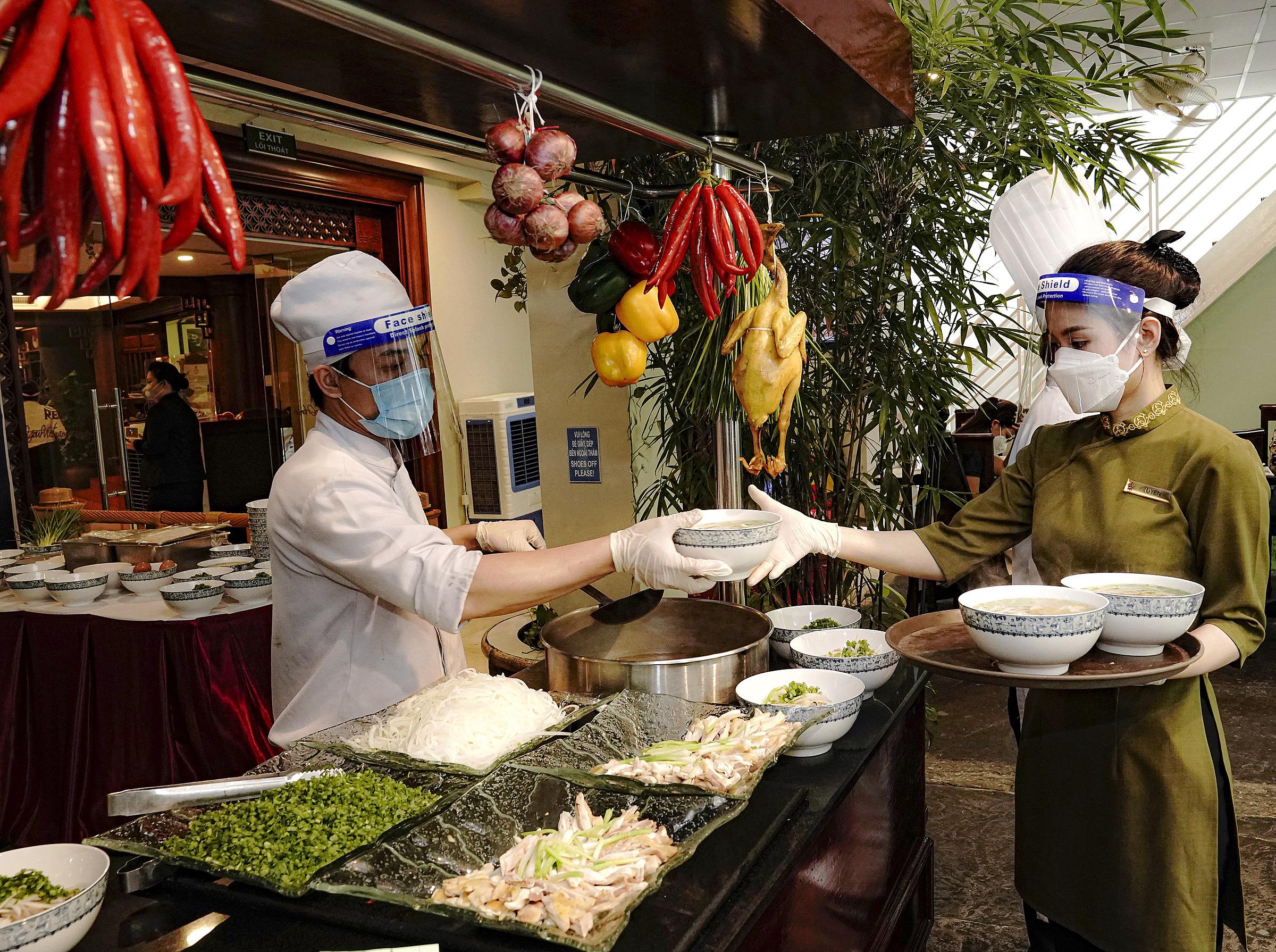 đội ngũ đầu bếp giàu kinh nghiệm của khách sạn 5 sao Rex Sài Gòn thực hiện