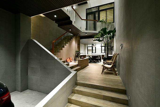Khu vực phòng khách rộng rãi và đón nắng từ giếng trời.