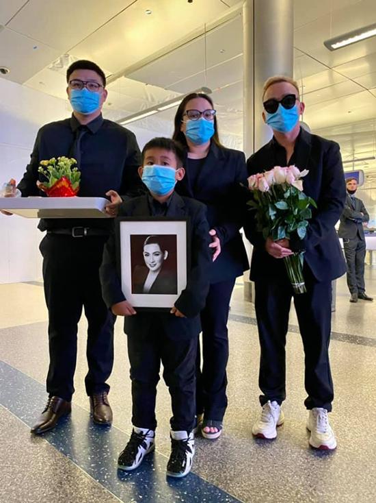 Gia đình Phi Nhung khi nhận tro cốt của cô ở sân bay. Ảnh: Thanh Huy