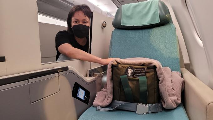 Tro cốt Phi Nhung trên chuyến bay cùng Việt Hương. Ảnh: Facebook Viet Huong