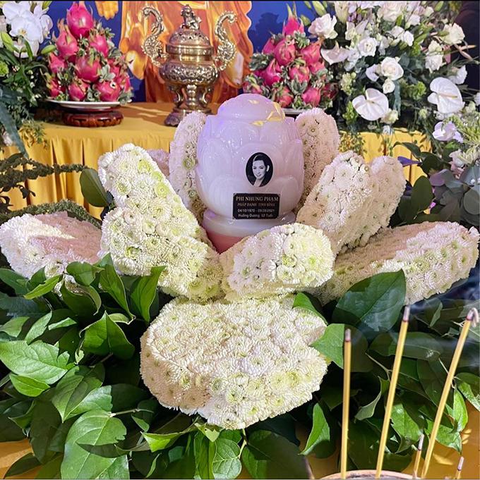 Tro cốt Phi Nhung được đặt trên đài hoa trắng tạo hình bông sen. Ảnh: Facebook Trizzie Nguyen