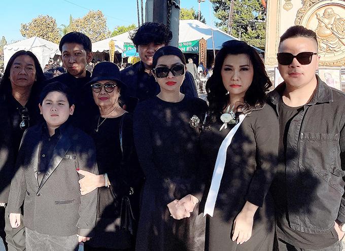 Hai con trai thứ của Trizzie Phương Trinh theo bà nội - mẹ của ca sĩ Bằng Kiều - đến viếng tang. Trước đó, các con của Trizzie Phương Trinh nhiều lần cùng mẹ có mặt tại các buổi cầu siêu cho Phi Nhung.