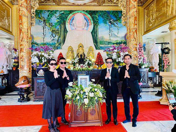 Từng kết hôn với em trai của Trizzie Phương Trinh nên ca sĩ Nguyễn Hồng Nhung coi Phi Nhung như người thân trong gia đình. Cô chứng kiến hết quãng thời gian nữ ca sĩ làm mẹ đơn thân, tần tảo nuôi Wendy khôn lớn và gọi cố nghệ sĩ là bà mẹ vĩ đại.