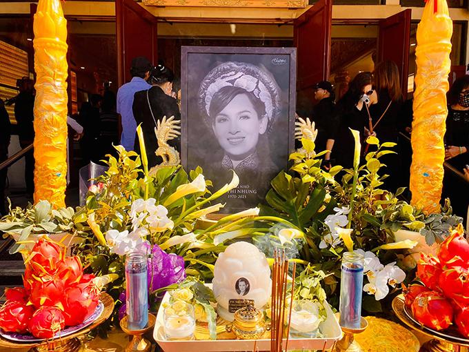 Tang lễ của ca sĩ Phi Nhung được tổ chức tại chùa Huệ Quang (California) trưa ngày 12/10 (giờ địa phương), tức sáng ngày 13/10 theo giờ Việt Nam. Tro cốt của nghệ sĩ được vợ chồng Việt Hương đưa từ TP HCM về Mỹ hôm 9/10 theo nguyện vọng gia đình.