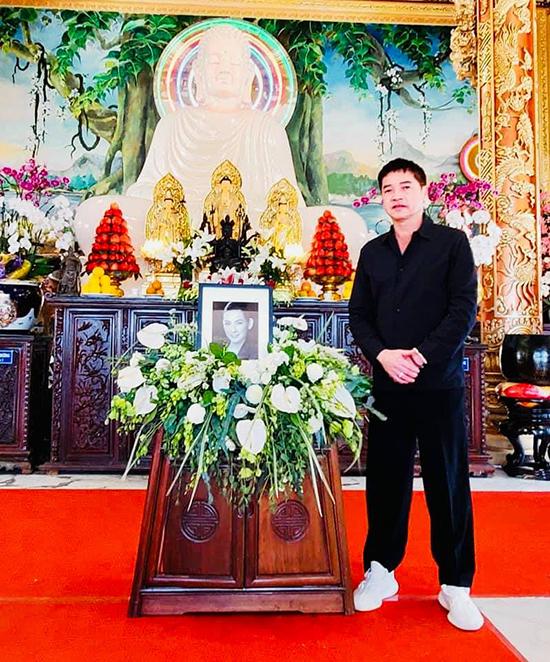 Diễn viên Quang Minh thắp hương và nói: Hôm nay anh đến đưa tiễn em lần cuối. Em ra đi thanh thản, sớm về với cõi Phật.