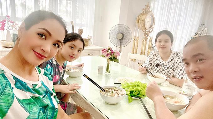 Vợ chồng Thúy Hạnh - Minh Khang và hai con gái ăn bữa cơm đầu tiên khi trở về nhà sau hơn 100 ngày mắc kẹt trên đảo. Ảnh: NVCC