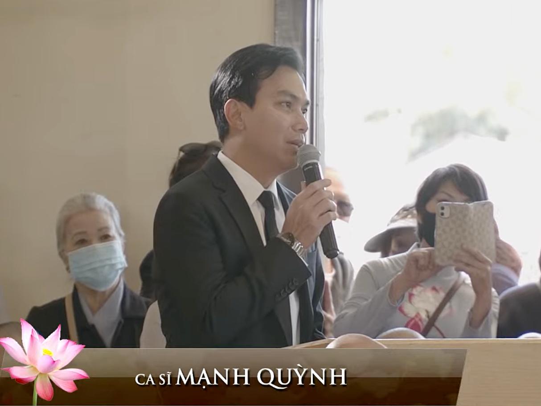 Mạnh Quỳnh phát biểu tại tang lễ.