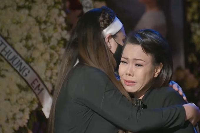 Wendy Phạm, con gái Phi Nhung, vỗ về Việt Hương tại lễ tang của mẹ. Ảnh chụp màn hình