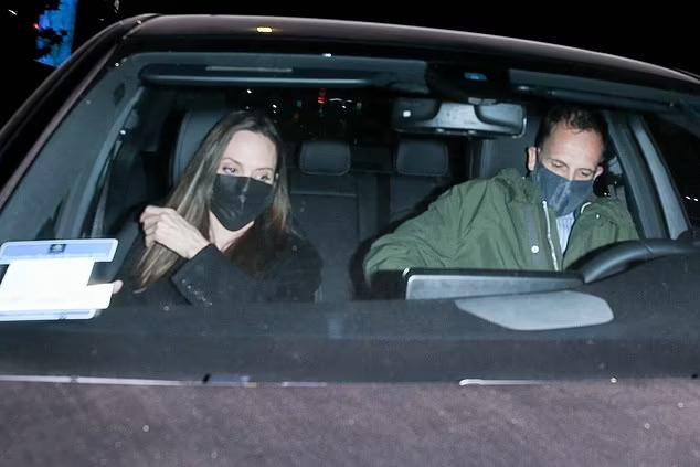 Angelina Jolie và Jonny Lee Miller ra về sau bữa tối ở Beverly Hills, California. Ảnh: Backgrid