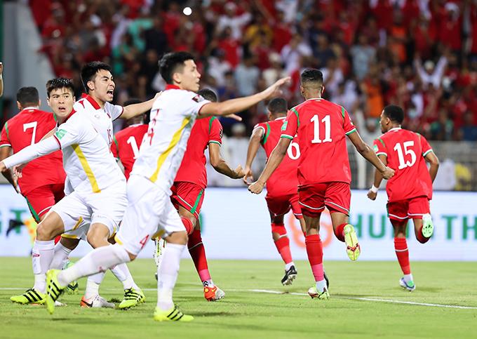 Tuyển Việt Nam để thua ngược Oman 1-3 dù vượt lên dẫn trước ở phút 39. Ảnh: OFA