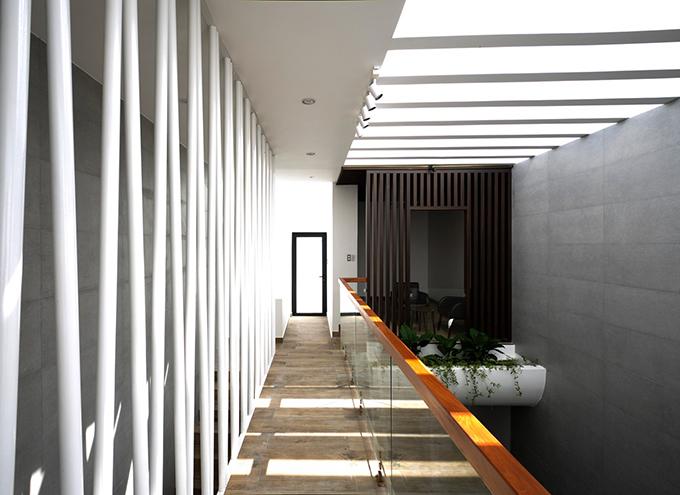 Hành lang dài với rào ngăn cách điệu cũng là điểm nhấn của công trình.