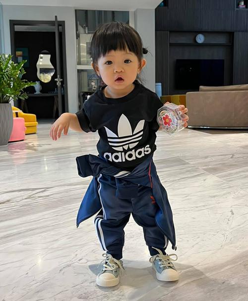 Bé Suchin nhà Cường Đôla - Đàm Thu Trang được bố mẹ cho ăn mặc sành điệu từ bé. Khi chưa lọt lòng, cô nhóc đã được sắm cả tủ quần áo đầy ắp. Hơn một tuổi, Suchin mặc đồ ngày càng phong cách, ra dáng fashionista nhí.