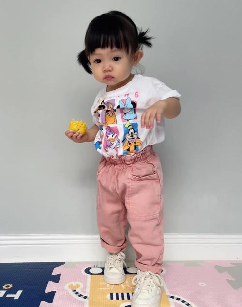 Trang phục có kiểu dáng rộng rãi, thoải mái những vẫn hợp mốt mang đến cho cô nhóc vẻ ngoài tinh nghịch dễ thương.