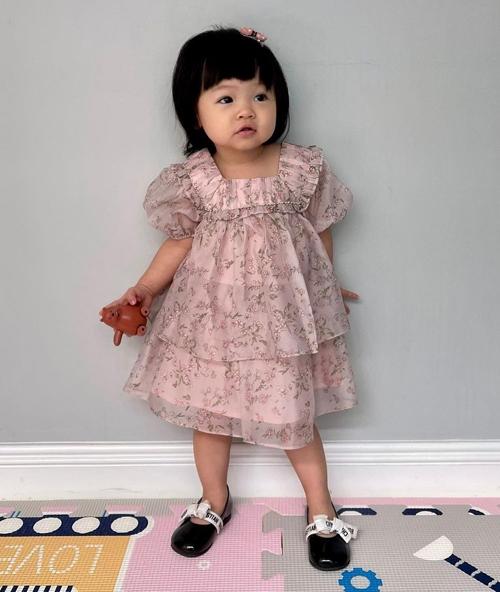 Đôi giày da bóng có phần quai thắt nơ xinh xắn được Suchin diện cùng những bộ váy công chúa điệu đà.