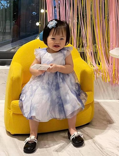 Suchin đáng yêu với váy loang màu giá hơn 11 triệu đồng, kết hợp cùng giày búp bê giá gần 13 triệu đồng, đều của Dior.