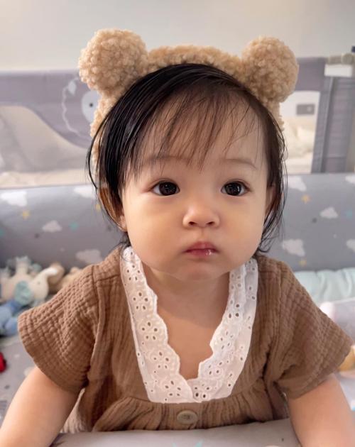 Bộ sưu tập trang phục tuổi lên hai của con gái Cường Đôla còn có hàng loạt kiểu bờm tóc, nơ tóc đáng yêu.