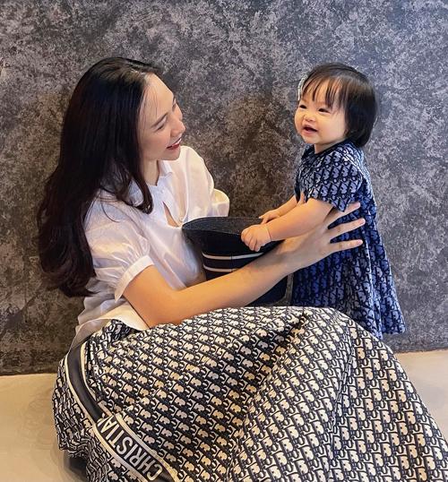 Đại gia phố núi không tiếc tiền mua hàng hiệu cho con. Nhiều trang phục Suchin diện đến từ Dior - thương hiệu mà Đàm Thu Trang cũng mê mệt.