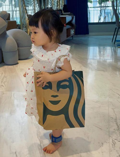 Biến túi giấy thành túi kẹp nách sành điệu như người lớn, cô nhóc ngậm thìa vàng từ bé hứa hẹn sẽ thành fashionista tương lai.