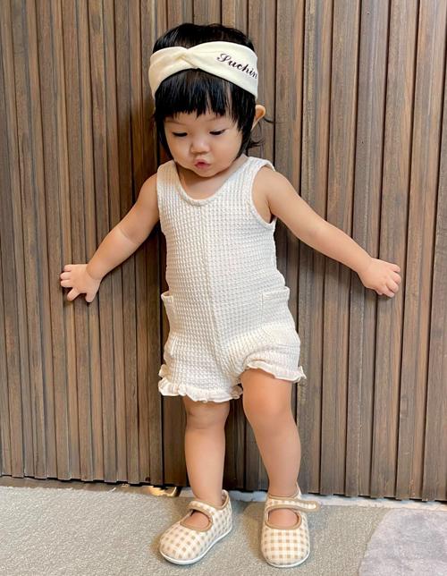 Trang phục nhà Cường Đôla chọn cho con thường có màu sắc tươi sáng hợp với trẻ nhỏ, tạo điểm nhấn bằng những kiểu phụ kiện dễ thương.