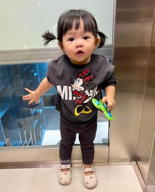 Đàm Thu Trang thường xuyên chọn cho con gái cưng những trang phục theo phong cách sporty khỏe khoắn. Những ngày vào thu, Suchin diện áo nỉ, bộ đồ thể thao, quần jogger... đúng như hot trend của người lớn.