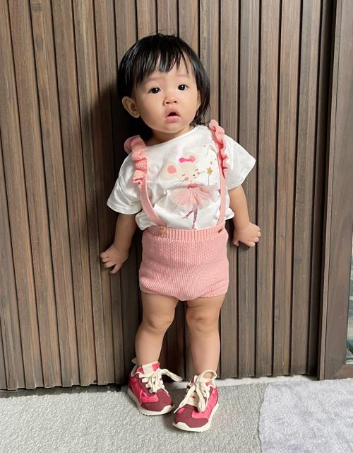 Gần đây, Đàm Thu Trang tích cực khoe ảnh lên đồ cho con gái cưng. Mỗi ngày, cô nhóc lại được mẹ cho diện một style khác biệt. Không chỉ mặc đồ đẹp mắt, Suchin còn được khen rất có thần thái khi chụp hình.