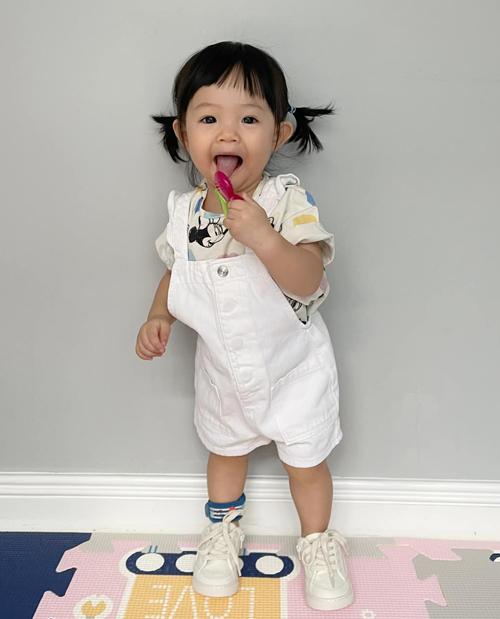 Con gái Cường Đôla còn được sắm cả bộ sưu tập giày dép nhiều kiểu dáng, dễ dàng mix với nhiều trang phục.