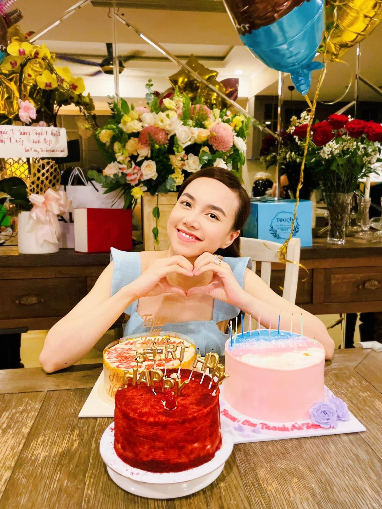 Nữ diễn viên nhận được nhiều bánh kem, hoa do ông xã và bạn bè gửi tặng.