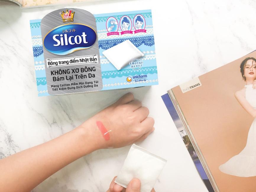 Trong các bước chăm sóc da, làm sạch là bước quan trọng nhất. Da sạch giúp hạn chế gây mụn do bít tắc lỗ chân lông và hỗ trợ mỹ phẩm thẩm thấu tốt, hiệu quả hơn. Combo 6 hộp bông tẩy trang Silcot (82 miếng) sẽ là lựa chọn lý tưởng, giúp chị em loại sạch bụi bẩn trên da và lớp make-up sau ngày dài bận rộn. Bông silcot được làm từ 100% sợi bông tự nhiên, mềm xốp, dịu nhẹ cho da và không để lại bụi vải, ảnh hưởng đến tình trạng da. Combo 6 hộp có giá giảm 29% trên LazMall còn 165.000 đồng, giá gốc đến 234.000 đồng. Xem thêm thông tin và chọn mua tại đây.