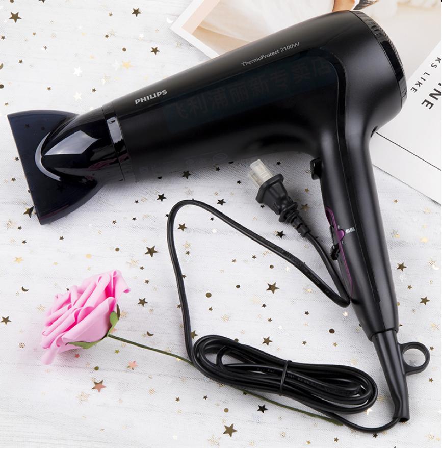 Ngoài bổ sung dưỡng chất từ bên trong, chăm sóc mái tóc và làn da từ bên ngoài cũng quan trọng không kém. Lựa chọn máy sấy phù hợp sẽ giúp tóc thêm bồng bềnh, chắc khỏe, giảm tình trạng gãy rụng và tạo được nhiều kiểu tóc đẹp. Máy sấy tóc Philips HP8230 với công suất 2.100 W tích hợp tính năng điều tiết ion âm, giúp loại bỏ hiện tượng tĩnh điện, chăm sóc tóc và ép phẳng các biểu bì tóc để làm tăng vẻ bóng mượt, giảm tình trạng xơ rối. Máy tích hợp cả sấy mát và nóng, giúp dễ dàng tạo kiểu hoặc sấy khô sau khi gội. Sản phẩm có giá flashsale duy nhất ngày 14/10 chỉ 537.000 đồng trên LazMall của Lazada, giảm 33% so với giá gốc 800.000 đồng. Đặt hàng tại đây.