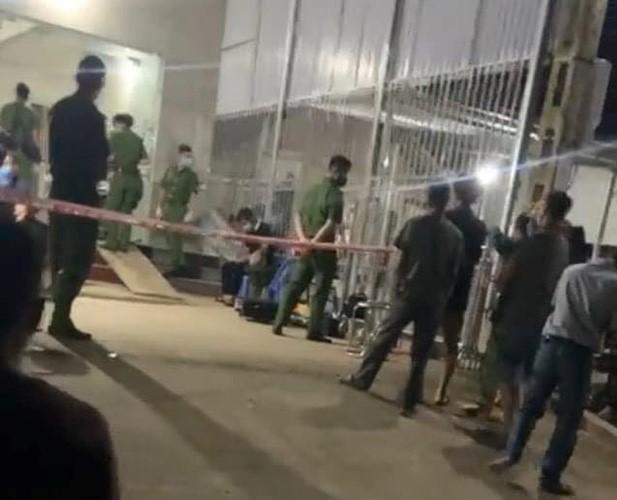 Lực lượng chức năng có mặt tại nhà nạn nhân điều tra vụ việc.
