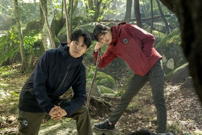 Jeon Ji Hyun và Joo Ji Hoon vào vai kiểm lâm trong phim Jirisan. Ảnh: tvN