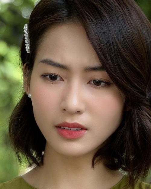 Khả Ngân thường áp dụng lối trang điểm nhẹ nhàng, giúp gương mặt tươi tắn, hồng hào hơn nhưng vẫn giữ được vẻ tự nhiên.