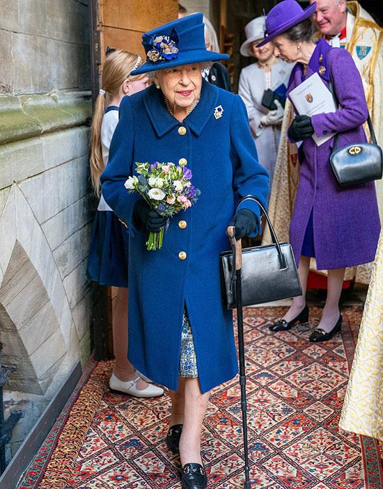 Công chúa Anne (áo khoác tím) đi cùng Nữ hoàng trong sự kiện ở Tu viện Westminster sáng 12/10. Ảnh: PA