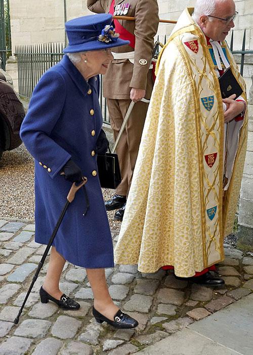 Nữ hoàng chống gậy vào Tu viện Westminster sáng 12/10. Ảnh: PA