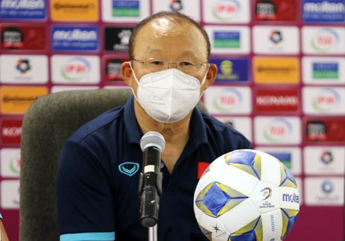 HLV Park trong họp báo sau trận đấu với Oman. Ảnh: VFF