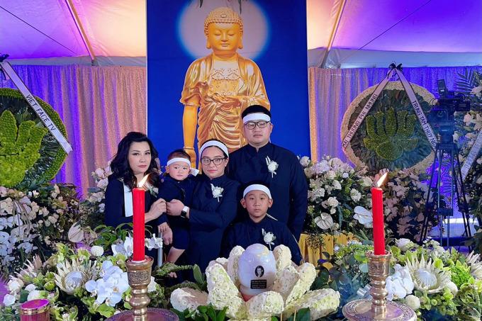 Trizzie Phương Trinh bên gia đình Wendy Phạm, con gái ruột duy nhất của Phi Nhung, trong tang lễ nữ ca sĩ tại Mỹ. Ảnh: VnExpress