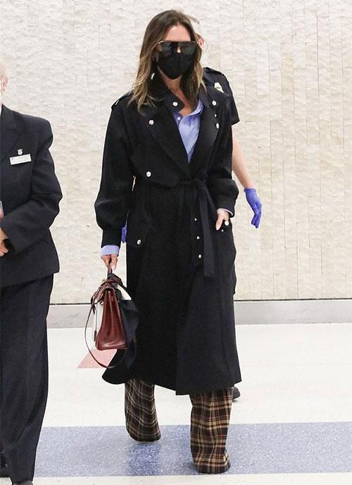 Bà Becks đặt chân tới sân bay JFK, New York, hôm 11/10. Ảnh: Backgrid