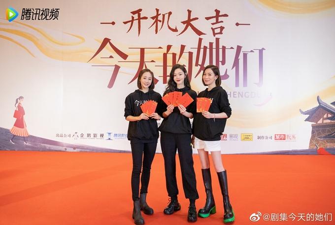 Xa Thi Mạn, Tống Dật và Lý Thuần (từ phải qua) trong buổi cúng khai máy phim mới. Ảnh: HK01