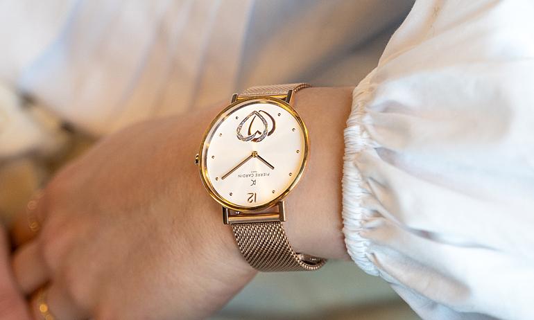 Đồng hồ nữ Pierre Cardin CBV.1040thiết kế hai kim, mặt tròn đường kính 39 mm, phủ kính khoáng cứng, chịu lực, chống trày xước. Dây bằng thép không gỉ. Kiểu máy Quartz. Máy pin thép không gỉ. Khả năng chống nước 3 ATM. Sản phẩm bảo hành 2 năm toàn cầu, đang được giảm giá 50% còn 2,05 triệu đồng.