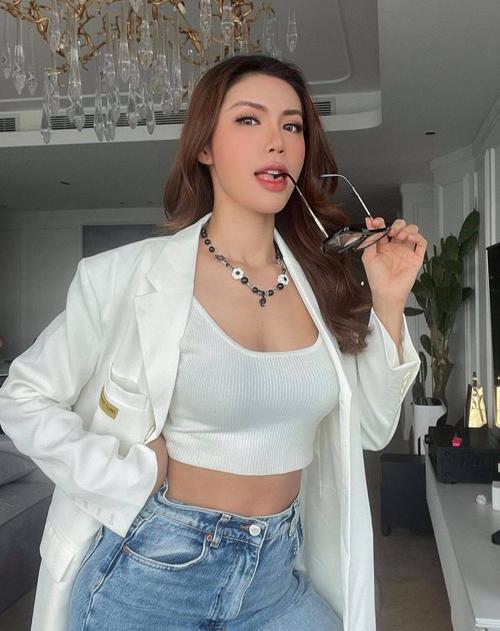 Minh Tú vẫn giữ phong cách sexy và cá tính trong việc phối đồ thời trang. Tuy nhiên khi làm việc cùng các đối tác cô sử dụng thêm nhiều mẫu áo khoác hợp trend.